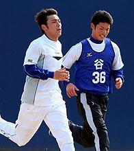 荒木雅博の横で必死に走る谷哲也(右)=ナゴヤ球場