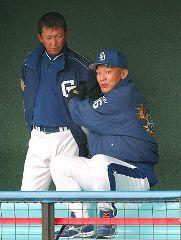 練習を見守る落合監督(右)と立浪和義選手兼任コーチ=沖縄北谷