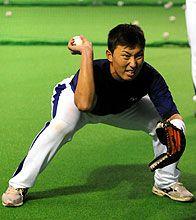 個別メニューの守備練習で顔をゆがめる田中大輔