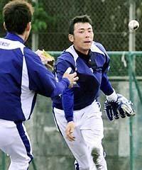 守備練習をする井端弘和(左)と荒木雅博=北谷