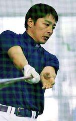 左手を使わずに打撃練習をする森野将彦=17日、北谷
