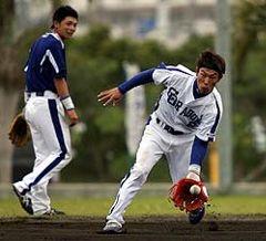 居残り特守をした井端弘和(右)と岩崎達郎=北谷公園野球場