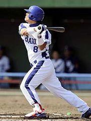 6回裏、2アウト1塁で平田良介がライト越え適時三塁打を放つ=北谷