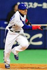 6回裏、2アウト満塁で中村紀洋がライトに2点タイムリーを放つ=ナゴヤドーム