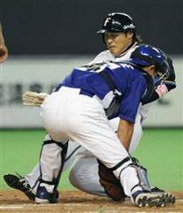 4回裏、日本ハム2アウト二塁、稲葉の左前打で田中が生還。捕手谷繁元信=札幌ドーム