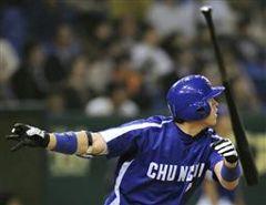 4回表、李炳圭が左越えに二塁打を放つ=東京ドーム