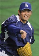 リラックスした表情で練習する、開幕投手が有力な川上憲伸=ナゴヤドーム