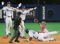 9回裏、2アウト一、三塁で中村紀洋の二塁打で一走ウッズがサヨナラを狙い本塁を突くがタッチアウト。後方はセーフをアピールする藤井(左端)、森野=ナゴヤドーム