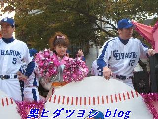 パレードカー2台目、渡辺博幸(左)と岡本真也=日本一パレード