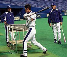 藤井淳志(右から2番目)に打撃指導を行う落合監督(右)=ナゴヤドーム