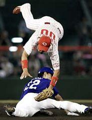 9回表、中日無死一塁、代打井上のとき、代走藤井が二盗に成功。遊撃手山崎=広島