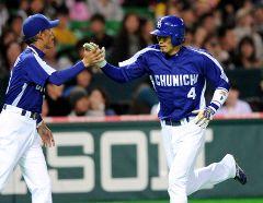 5回表、左越えに同点本塁打を放ち苫篠誠治コーチとタッチする藤井淳志(右)=ヤフードーム