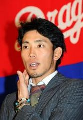 2度目の契約更改交渉でサインした藤井淳志=名古屋市中区・中日球団事務所