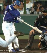1回表、福留が先制タイムリー二塁打を放つ=甲子園