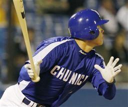 8回表、福留孝介が左中間スタンドにこの試合2本目となる本塁打を放つ=神宮