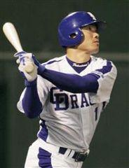 7回裏、1アウト一塁で福留孝介がライト場外へ2点塁打を放つ=金沢