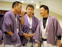 選手会納会で井上(左)、立浪(右)と話し込む福留孝介=長野県阿智村・昼神温泉
