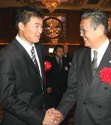 地元ラジオ局パーティーに出席した福留孝介(左)が西川球団社長と握手