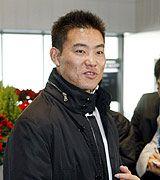 カブスとの契約で渡米する前に、記者の質問に答える福留孝介=成田空港