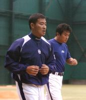 山本昌(右)と黙々とランニングで調整する福留孝介=8日、ナゴヤ球場