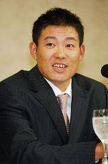 プロ野球セ・リーグ最優秀選手(MVP)に選ばれ、笑顔で会見する福留孝介外野手