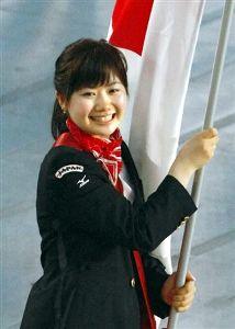 北京五輪開会式で、笑顔で日本選手団の旗手を務める福原愛選手=8日夜、国家体育場