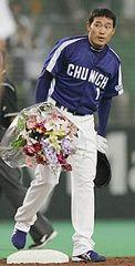 3回表、通算1000安打を達成、塁上で花束を手にする中日・福留=インボイス西武ドーム
