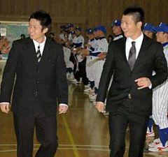母校、杜若高の激励会で現役野球部員らに迎えられる楽天長谷部康平投手(左)と中日山内壮馬投手=15日午後、愛知県豊田市