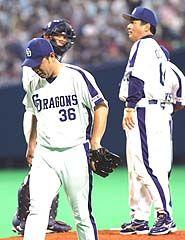 9回表、決勝ホーマーを打たれ降板する平井、右は落合監督=ナゴヤドーム