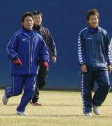 合同自主トレを行う平田(左)ら、中日の若手選手たち=ナゴヤ球場
