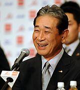 帰国して記者会見する日本代表星野監督=4日夜、千葉県成田市内のホテル