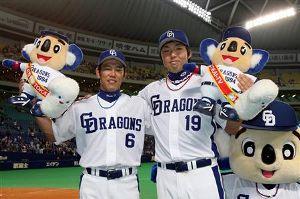お立ち台の井端弘和(左)と吉見一起=ナゴヤドーム