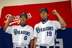 オールスターゲームの出場選手に選出された井端弘和(左)と吉見一起=ナゴヤドーム