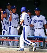 井端弘和が1回、レフトスタンドへ先制本塁打を放ちベンチで選手とタッチ=北谷球場