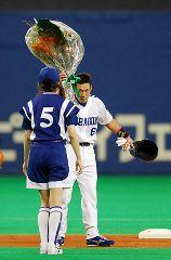 1回に二塁打を放ち、プロ243人目となる千本安打を達成、二塁上で花束を受け取る井端弘和=ナゴヤドーム