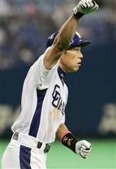 6回裏、3点本塁打を放ち、ガッツポーズで一塁を回る井端弘和=ナゴヤドーム