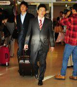 北海道に到着した井端(右)、新井ら中日の選手=新千歳空港