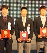 ベストナインの楯を手にする井端弘和、左は巨人小笠原、右はヤクルト青木