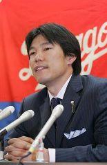 契約更改交渉で5年契約を結び記者会見を行う井端弘和=名古屋市中区