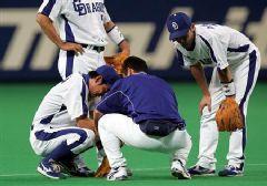6回表、ヤクルト・川島慶の打球で負傷しベンチへ下がった井端弘和=ナゴヤドーム