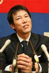 金額提示されず会見で首を傾げる井端弘和=名古屋市中区・中日球団事務所