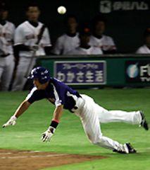7回表、井端弘和が一塁へ炎のヘッドスライディングでタイムリー内野安打として7点目を挙げる=東京ドーム