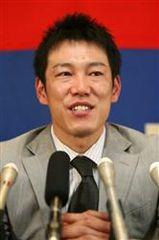 契約更改を終え笑顔で記者会見する井端弘和=7日午後、名古屋市中区中日球団事務所