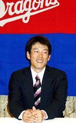 契約更改を終え、笑顔で記者会見する井端弘和