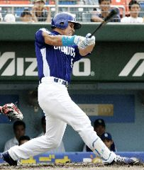 1回表、井上一樹が3ラン本塁打を放つ=広島市民球場