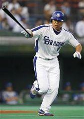 2回裏、1死二塁で井上一樹が左翼線に同点二塁打を放つ=富山市民球場