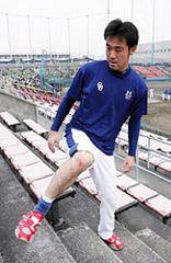 外野スタンドの階段で下半身強化のトレーニングをする石井裕也=ナゴヤ球場