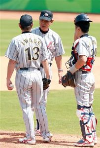 岩瀬仁紀にマウンドでゲキを飛ばす星野仙一監督、右は矢野輝弘=五ケ松球場