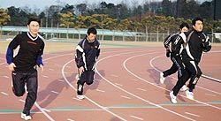 陸上競技場で汗を流す中日の岩瀬(左端)、山本昌(右端)両投手=10日、鳥取市