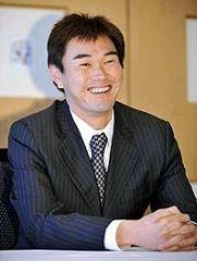 中日伊藤球団代表との初交渉を終え、笑顔で記者会見する岩瀬仁紀投手=8日、東京都内のホテル